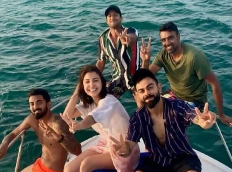 Anushka is having fun with the Indian team, see their video in the middle of the water!