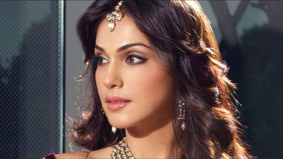 Isha Koppikar competes with everyone in the beauty, says