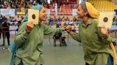 जीत का जश्न मनाती दिखीं 'शूटर दादियां', Saand Ki Aankh का नया पोस्टर जारी
