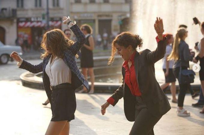 Video : रोड़ पर नाचती दिखीं दंगल गर्ल्स, ऐसे कर रही तमाशा