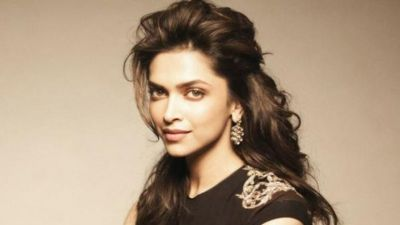 Video: Deepika Padukone spotted in beautiful gown in Star Screen Award