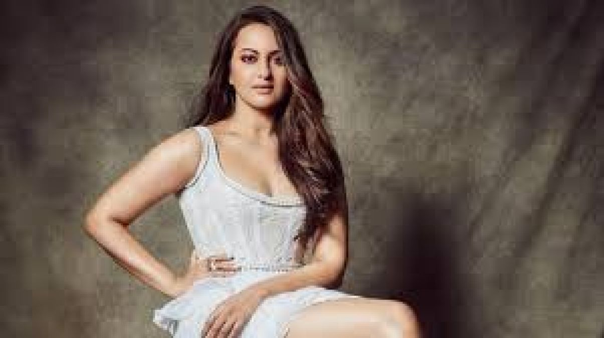 Sonakshi Sinha performs cool dance, Fans go