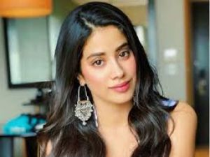 Janhvi Kapoor looks attractive in red dress, fans are praising