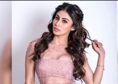 Mouni Roy shared hot and sexy photos, looks amazing in black dress