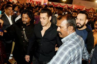 Salman reached the wedding of makeup artist's son