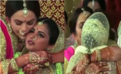 Video : कन्यादान के बाद माँ के गले लगकर फूट-फूटकर रोईं ईशा अंबानी, पिता की आँखों में भी आ गये आंसू