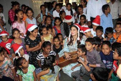 जैकलीन ने अनाथ बच्चों के साथ सेलिब्रेट किया क्रिसमस