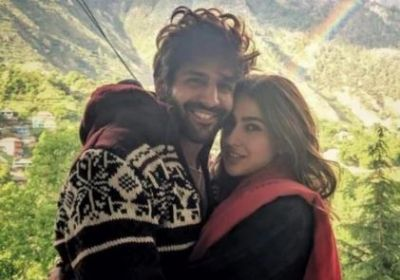 Sara shares her picture with her mother and Kartik Aaryan