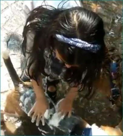 Puppy को नहलाते नजर आईं अक्षय कुमार की बेटी, वीडियो वायरल