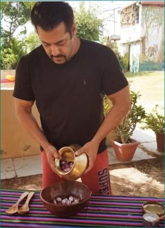 कच्चे प्याज का अचार बनाते नजर आए सलमान खान, वीडियो हो रहा वायरल