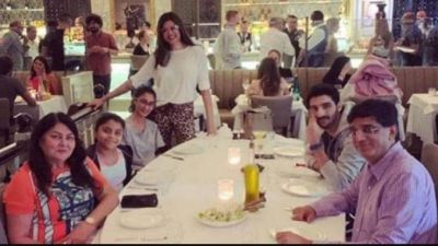 Sushmita posted pics of dinner with daughters and boyfriend; people commented - why not get married?