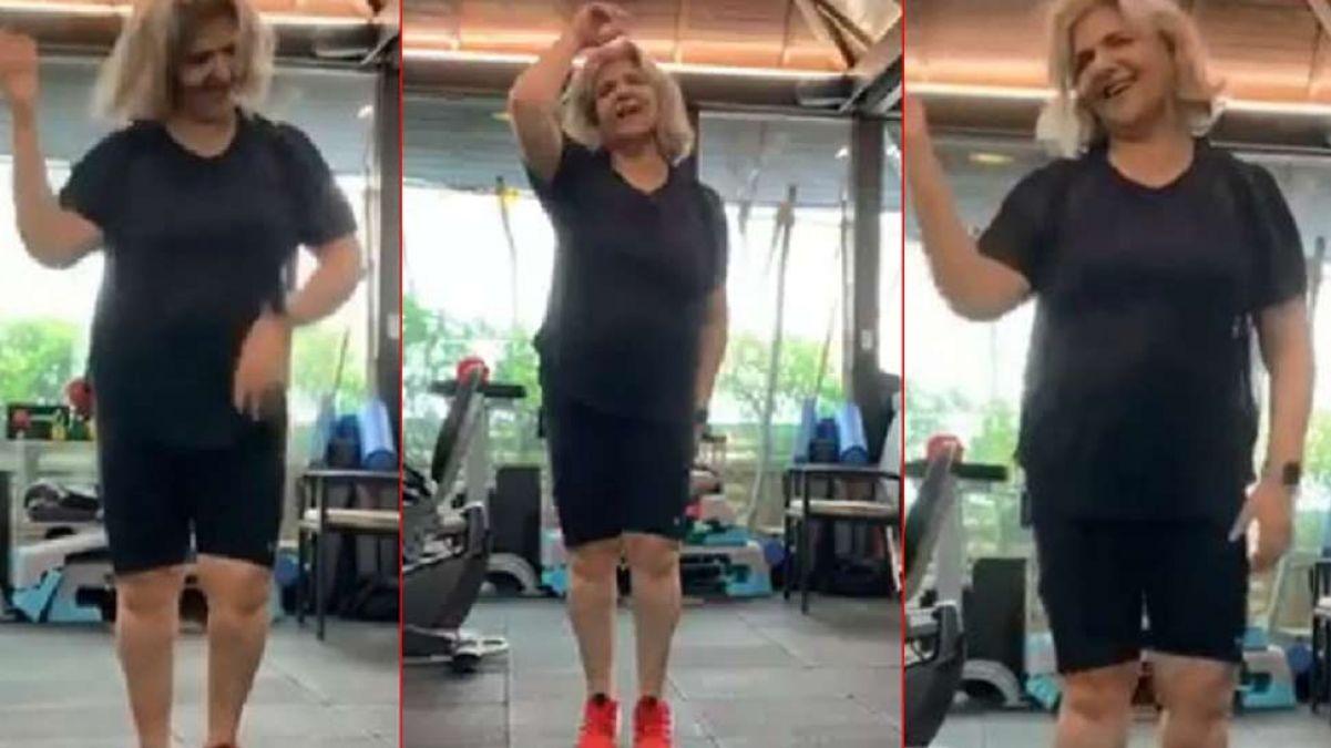 VIDEO : बेटे ऋतिक की फिल्म के गाने पर जमकर नाची माँ पिंकी, जिम में किया ऐसा काम