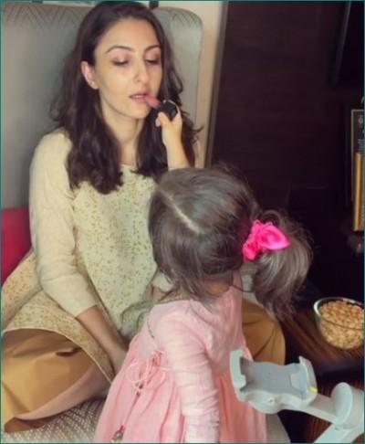 Inaaya Kemmu becomes makeup assistant for Mom Soha, actress shared video