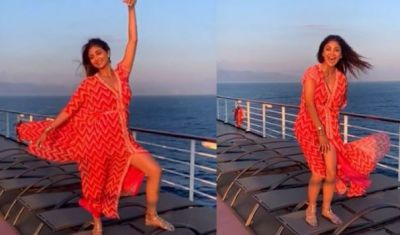 OOPS! Standing on the cruise, Shilpa Shetty couldn't control her dress and then...
