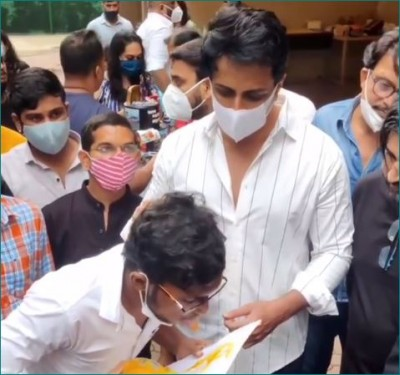 Fan made Sonu Sood's painting with tongue, video goes viral