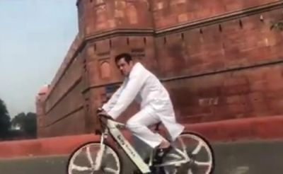 Salman Khan wearing kurta-pyjama in front of Red Fort, watch the video!