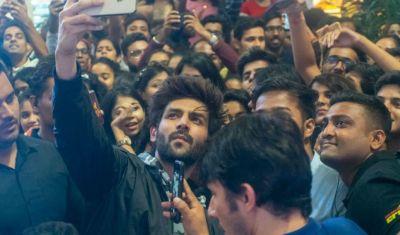 Kartik Aryan clicks a selfie with fans in Mumbai Mall