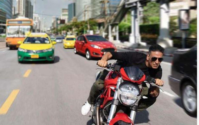 शुरू हुई सूर्यवंशी की शूटिंग, बैंकॉक की सड़कों पर बाइक दौड़ाते आए नजर