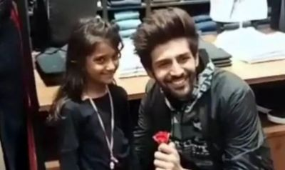 Karthik Aryan gets a rose from his Little Fan, see what he did!