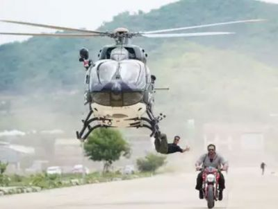 Akshay Kumar is seen hanging on the helicopter while doing stunts for his upcoming action thriller!