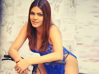 Video Viral: Sexy Sherlyn Chopra sizzles in bed with Black Bikini!