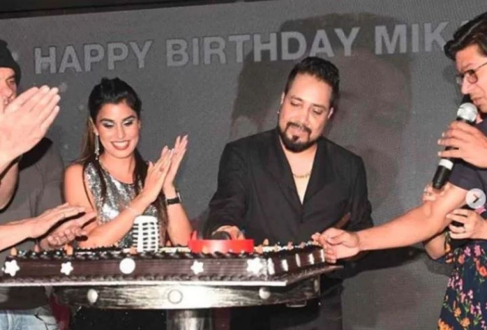 PHOTOS: Celebrating Mika's birthday, these Bollywood legends came up!
