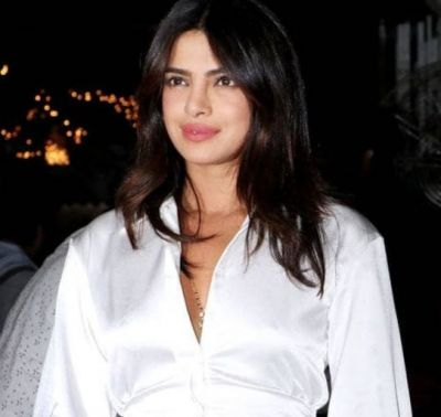 Priyanka sizzles in short dress, Mangalsutra and knee injury at film's Wrap-up party