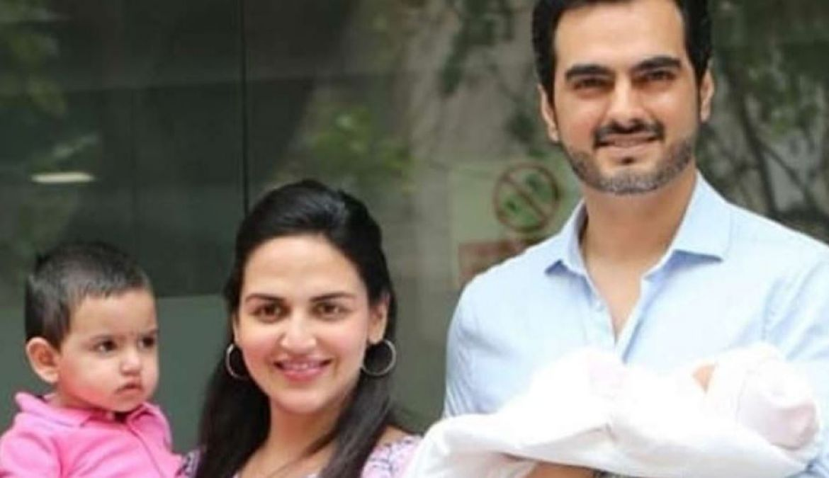 The first photo of Esha's newborn daughter surfaced, see here!