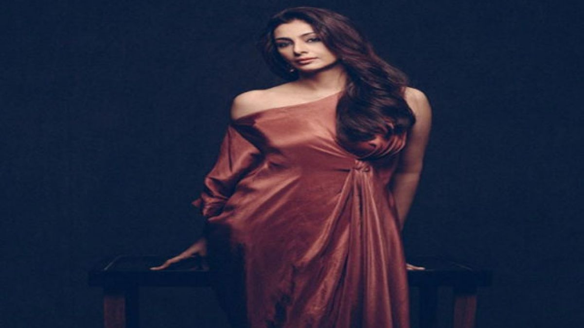 At the age of 47, Tabu showed her sexy videos!