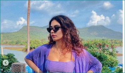 Sridevi's daughter Khushi Kapoor seen flaunting tonned body in purple bikini