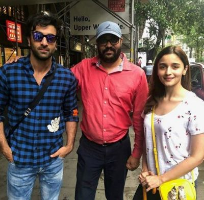 Alia Ranbir get spotted with fans, Give Pose for Selfie