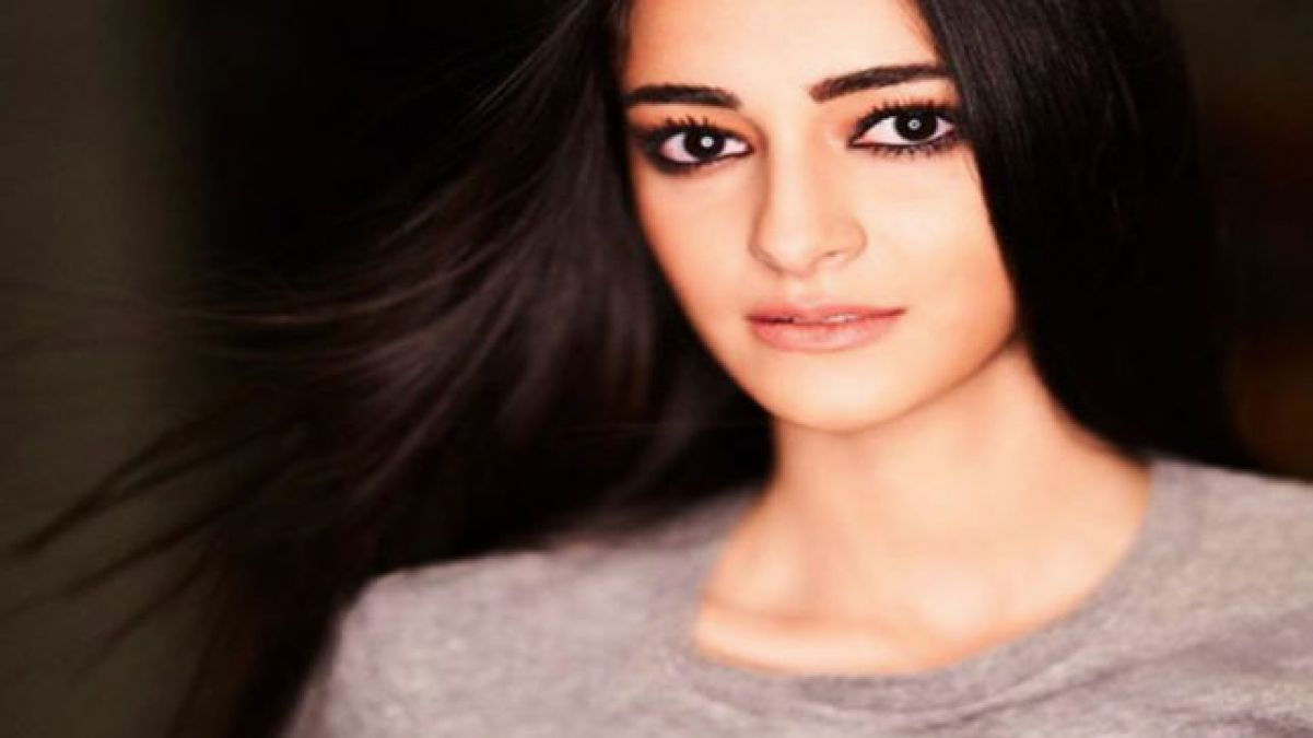 VIDEO: Ananya on the street, cordoned off by a crowd of fans