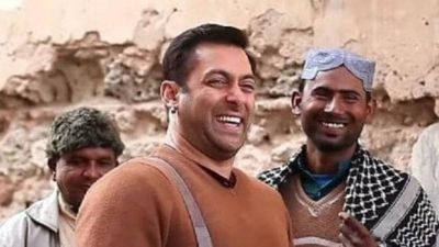 VIDEO: Salman was giving  water to monkey, then suddenly this happened