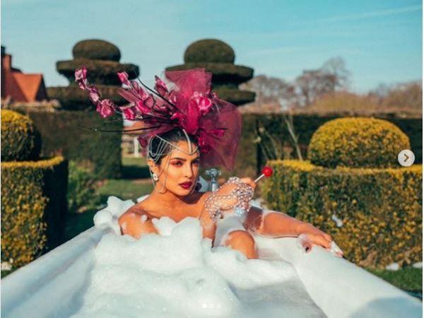 प्रियंका चोपड़ा ने बाथटब में नहाते हुए शेयर की सेक्सी तस्वीर, देखते ही हैरान हो जाएंगे आप