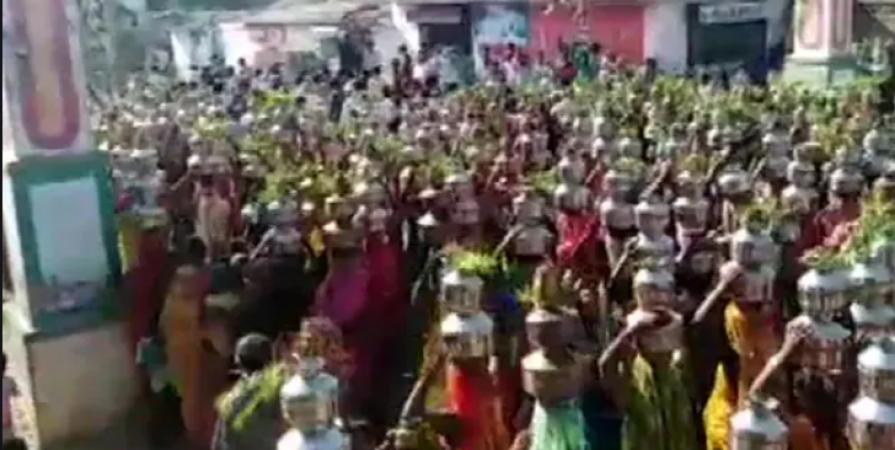 मंदिर में प्रार्थना के लिए एकत्रित हुईं हज़ारों महिलाएं, वीडियो शेयर कर एक्टर बोला- 'गो कोरोना गो'