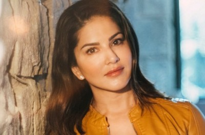 Fitness Goal: Sunny Leone sniffing Maggie, video goes viral