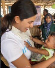 रोहिंग्या शिविर में प्रियंका ने बच्चे को उठाकर दिया दुलार