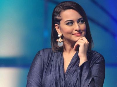 Sonakshi Sinha shares a new photo of her, looks sexy in pink saree