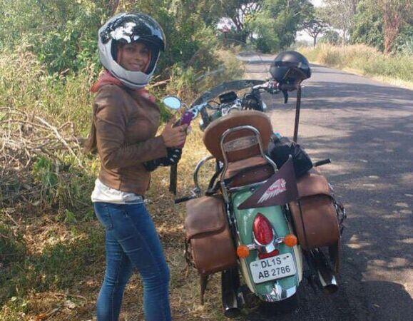 बाइक से गोवा की सैर पर निकली काजोल की बहन