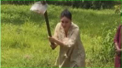 Kareena Kapoor seen digging the ground with a shovel, watch video here