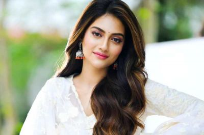 MP Nusrat Jahan shares beautiful photos, asks questions to a friend about makeup