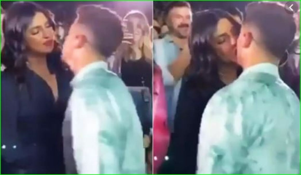 Priyanka and Nick kissed each other in middle of the concert, video viral