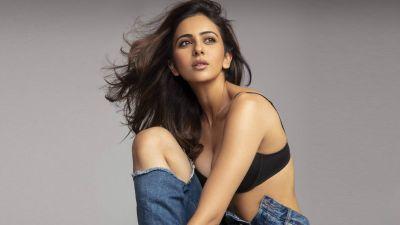 रकुल प्रीत सिंह ने ब्लैक ड्रेस में ढहाया कहर, यहाँ देखे वीडियों