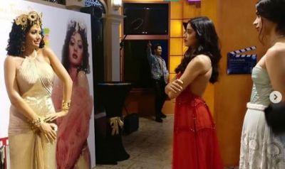 माँ श्रीदेवी के वैक्स स्टेचू को देखकर भावुक हुई बेटियां, देखें फोटो और वीडियो