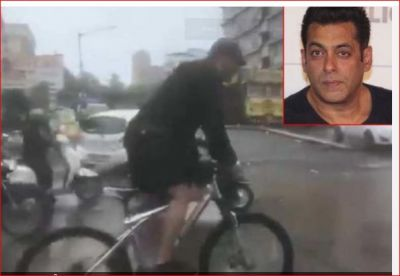 Salman went to shoot Dabangg 3 with a bicycle in heavy rain, took a selfie with fans on the road