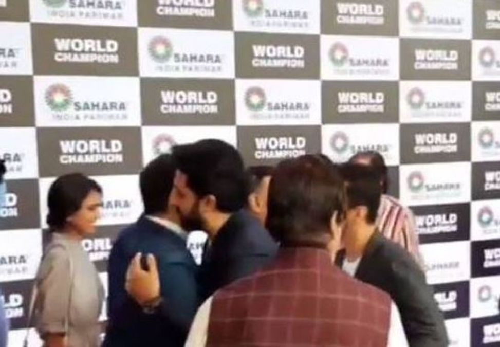 Abhishek Bachchan-Vivek Oberoi hugged each during an event