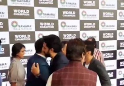 VIDEO: Abhishek Bachchan-Vivek Oberoi hugged each during an event