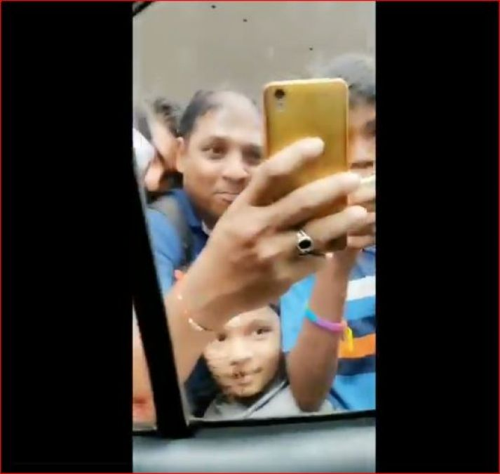 This actress went to the court of 'Lalbagh Raja' so the fans did this thing, see the viral video