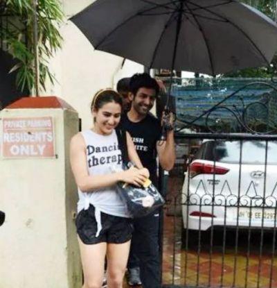गर्लफ्रेंड के लिए छाता पकड़ें दिखें कार्तिक, ऐसे किया बारिश से बचाव