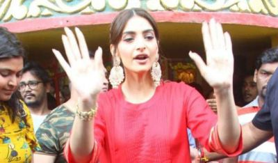 Sonam in Shani Dev's court after Bappa, took blessings in a traditional look